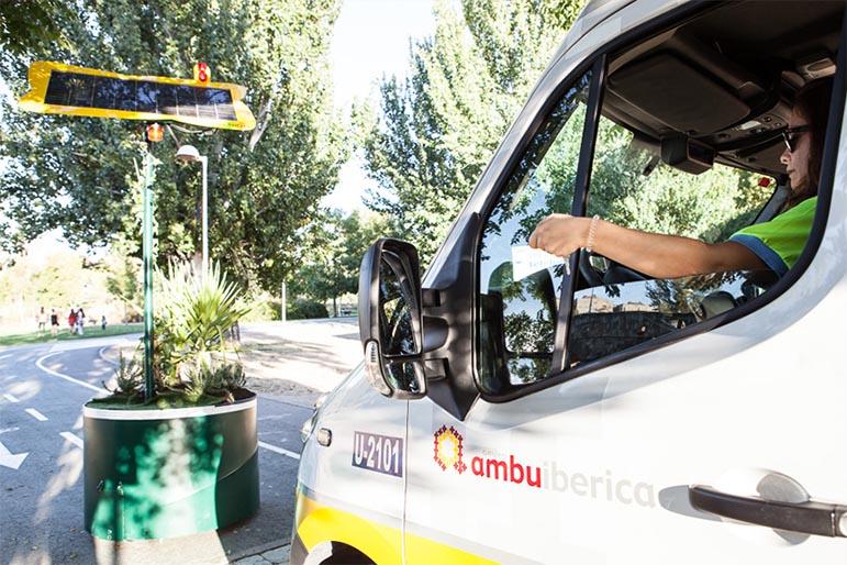 Bolardo automático protegiendo la entrada de vehículos al carril bici