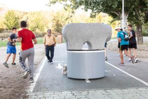 Bolardo personalizado monumento lazarillo protegiendo el carril bici