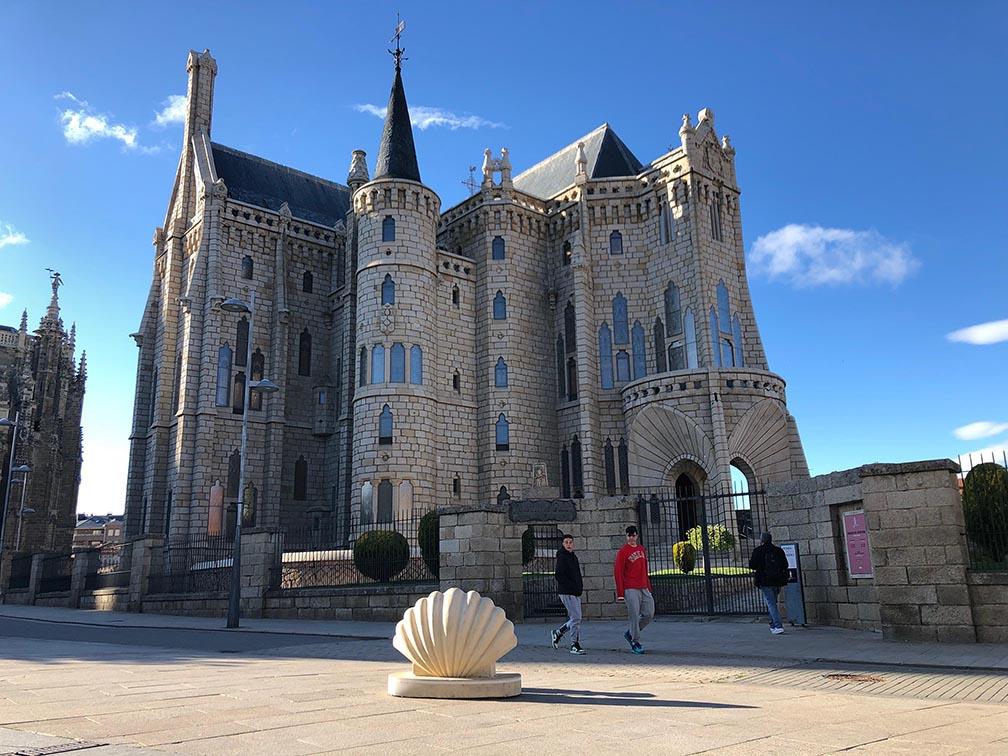 modelo buen-camino.es junto Palacio Episcopal de Gaudí en Astorga
