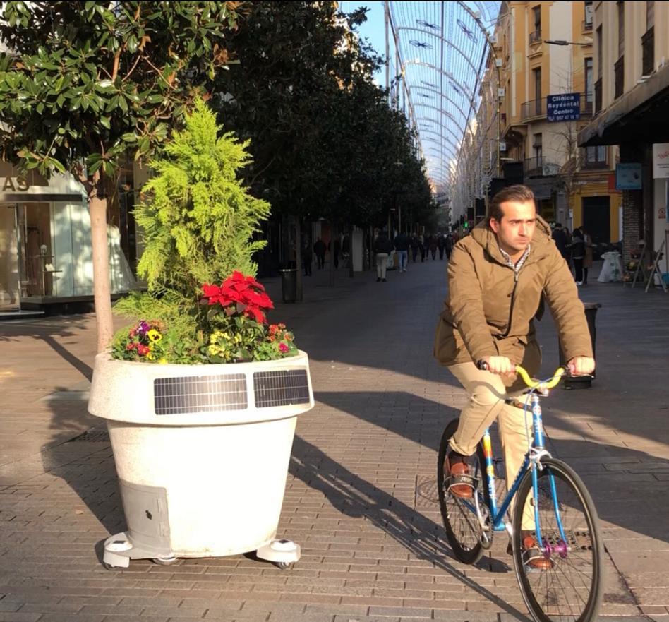 Embellece y proteje tu ciudad con nuestro macetero solar móvil en granito abujardado